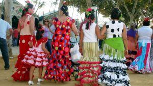 Naisia flamenco-puvuissa
