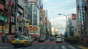 En livlig bilväg i Japan.