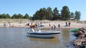 Folk simmar och badar vid Bråthällan i Vexala.