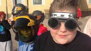 Elever vid Sannäs skola i Borgå ser på solförmörkelsen