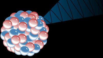 Atom som avger gammastrålning.