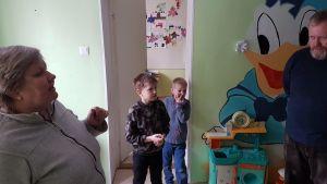 Patrik Göransson, kyrkoherde på Svenska S:t Mikaelskyrkan i Tallinn, besöker dagcenter för fattiga barn i Narva.