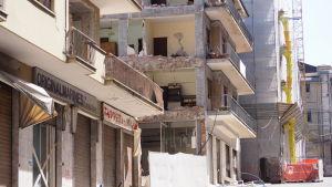 Nästan hela det historiska centrumet i l´Aquila förtördes i jordbävningen i april 2009. Ännu sju år senare fortsätter återuppbyggnadsarbetet.