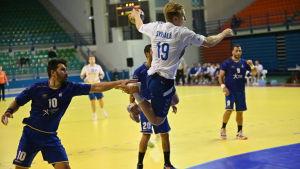 Roni Syrjälä avslutar i en match mot Cypern.