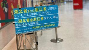Redan på flygplatsen möts resenärerna av besked om de nya strikta inresebestämmelserna som gäller för Japan.
