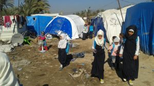 Skolflickor i flyktinglägret Takiya i Irak i december 2015