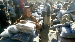 Interna flyktingar vid utdelning av förnödenheter i flyktinglägret Takiya, Irak. December 2015
