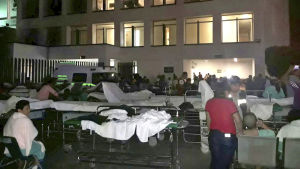 Patienter i sjukhuset i staden Villahermosa flyttades ut under bar himmel efter jordbävningen.