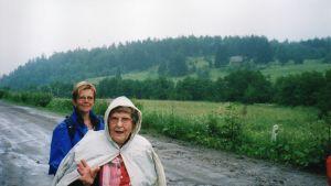 Paavo Jerkkus svärdotter Anne-Maj och syster Faina på besök i Mikli i Jaakkima 1991.