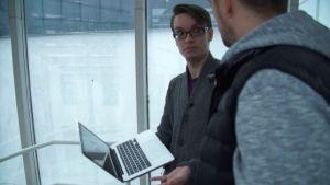 olle mattsson håller i en dator och robbban nilsson ser på