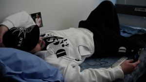 Henkka makaa sängyssä avovankilassa