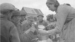 Lotta delar ut kaffe till byggarbetare i Taipaleenjoki 1941