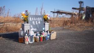 På många platser finns minnesmonument över de som omkom när flodvägen vällde in och ödelade allt i sin väg.