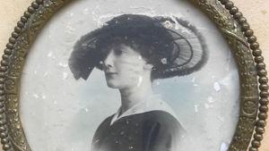 Tavla med fotografi på Elisabeth Tarras-Wahlbergs farmor Brita von Engelhardt, född Andsten, i Åbo år 1893.