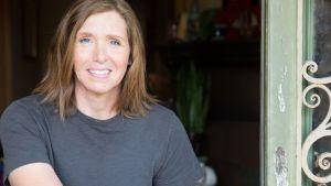 Porträtt på trummisen Patty Schemel som ler
