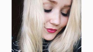 flicka med blont hår