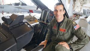 Radio-ohjelmassa Super Hornetia esittelevä Pete Stavrides koneensa vieressä.