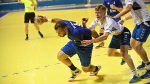 Benjamin Helander i en VM-kvalmatch mot Cypern.