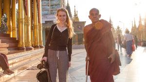 Munk och turist i Burma