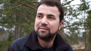 Den irakiske flyktingen Farman Can ute i skogen