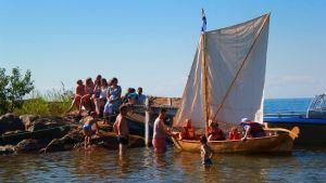 släkten Helsing seglar utanför sommarstugan i Vexala.