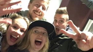 BUU-klubbsledarna tar en glad selfie efter en lyckad BUU-show