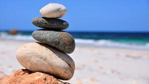 kivistä rakennettu hutera pino rannalla