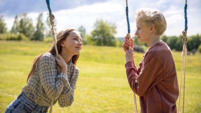 "Lily Wahlsteen i rollen som Sophie och Elis Gerdt som Sune i filmen ""Sune - uppdrag midsommar"" i regi av Erland Beskow."