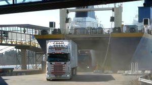 Långtradare kör av RG 1 i Vasa hamn