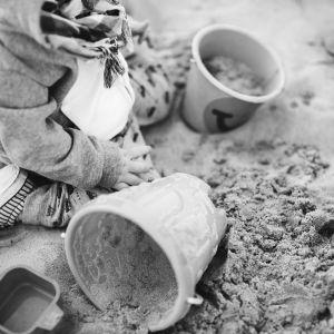 Barn i en sandlåda
