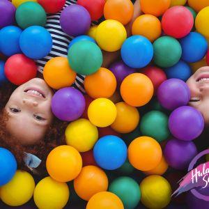 lapset leikkivät pallomeressä