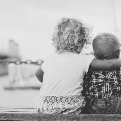 Barn som håller om ett annat barn.