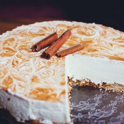 kakku josta on leikattu pala pois