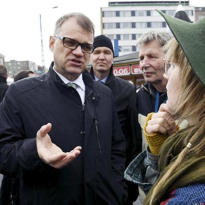 Statsminister Juha Sipilä på torget i Tammerfors.