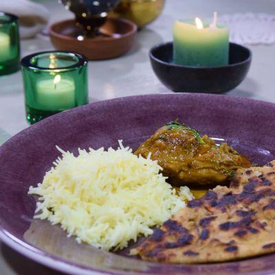 Annos kanaa, riisiä ja leipää lautasella