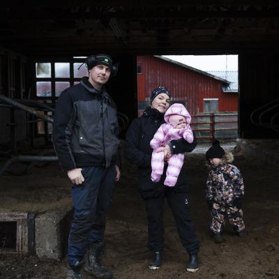 Pekka ja Katriina Romppainen perheineen nautatilalla