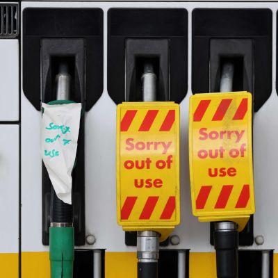 """Britannialaisen huoltoaseman bensapumpuilla """"poissa käytöstä"""" -lappuja."""