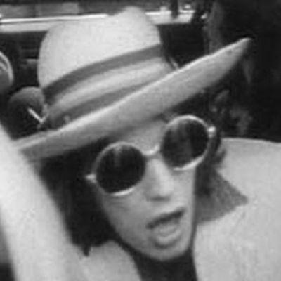 Mick Jagger aurinkolasit päässä.