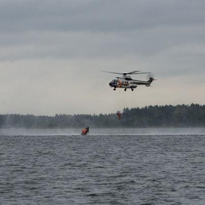 Räddningshelikopter räddar person ur vattnet under en sjöräddningsövning i Vasa hösten 2015.