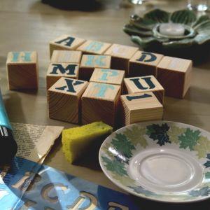 Handgjorda byggträklossar med tryckta bokstäver. Används som barnleksak.