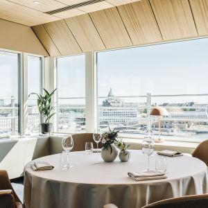 Bild på runt bord vid fönster. Helsingfors domkyrka syns i bakgrunden.