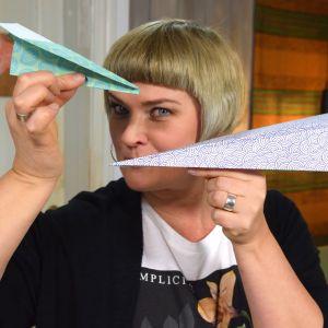 Camilla Forsén-Ström med ett pappersflygplan i handen.