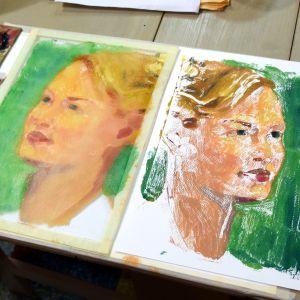 Ett porträtt av en kvinna, skapat med konsttekniken monoprint.