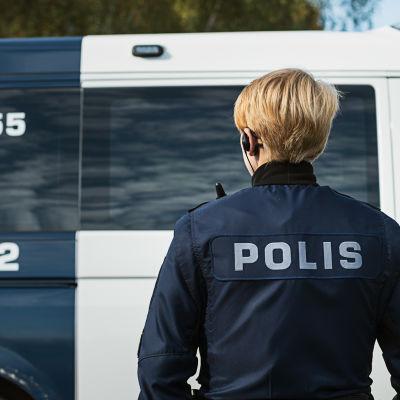 Den åländska polisen vid en polisbil