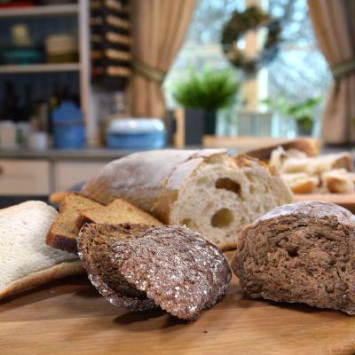 Torkat bröd på en skärbräda i ett kök