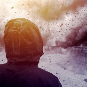 kuvituskuva jossa nuori ihminen ja synkkä taivas