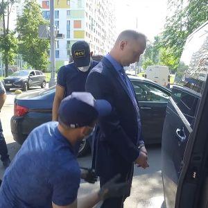 Siviiliasuistet poliisit pidättämässä Safronovia.