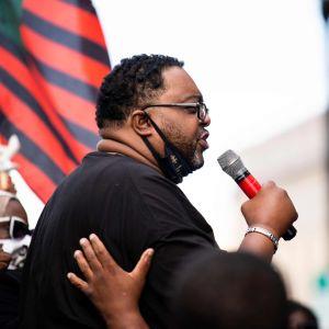Jacob Blake vanhempi puhuu poliisiväkivaltaa ja rasismia vastustavassa kokoontumisessa Kenoshassa.
