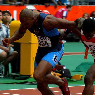Yhdysvaltain Joshua J. Jackson ja Iso-Britannian Dwain Chambers ylittävät maaliviivan Pariisissa 2003.