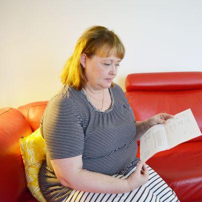 Helena Vesterlund kädessään poliisin laatima onnettomuusraportti.